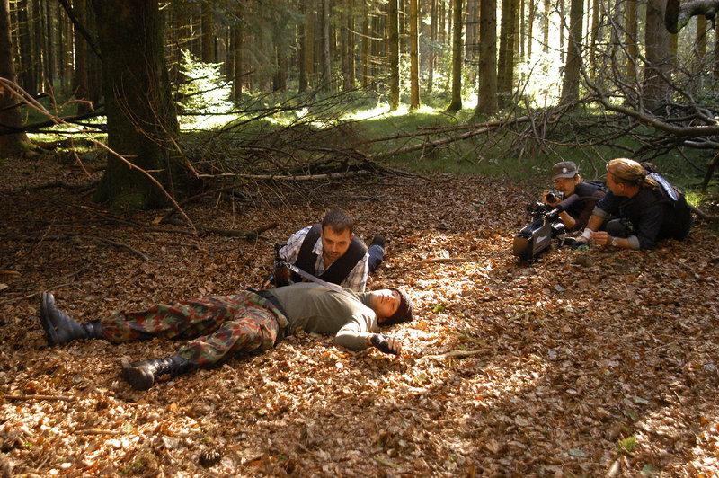 Das Training für Journalisten in Krisengebieten nimmt für Schmidt (Stefan Bräuler, liegend) eine tödliche Wendung. (Rest: Komparsen) – Bild: ZDF