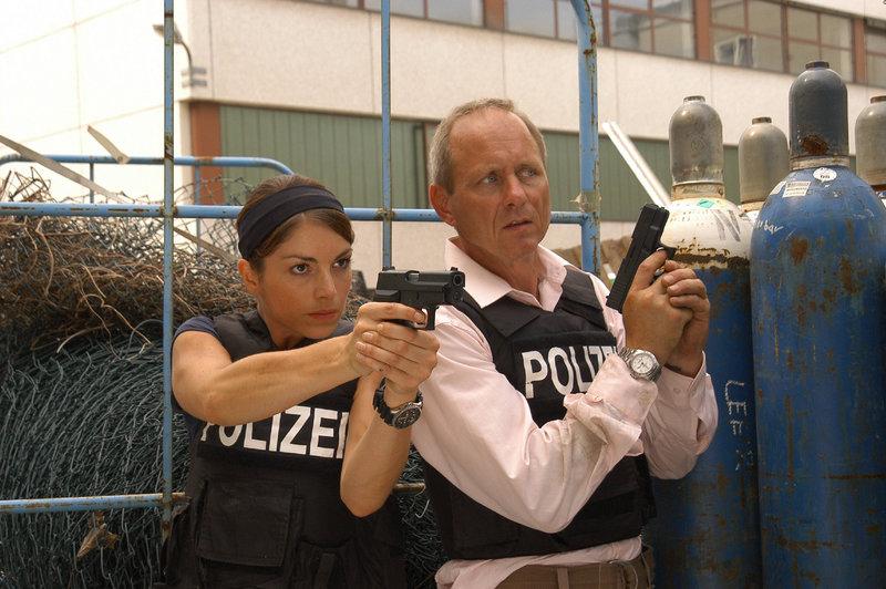 Kurz vor dem tödlichen Schuss ist Katharina Hahn (Bianca Hein) in unmittelbarer Nähe von dem LKA-Kollegen Schöler (Holger Kriechel) gewesen. – Bild: ZDF