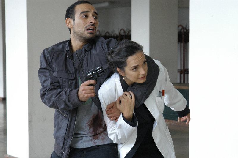 Ahmad el Mansouri (Ismail Deniz) ist es gelungen, Professorin Papst (Irina Wanka) in seine Gewalt zu bringen. – Bild: ZDF
