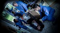 Tatort = Fundort? Theo Renner (Michel Guillaume, l.), Arthur Bauer (Gerd Silberbauer, M.) und Dr. Weissenböck (Florian Odendahl, r.) rätseln – © ZDF und Robert Späth