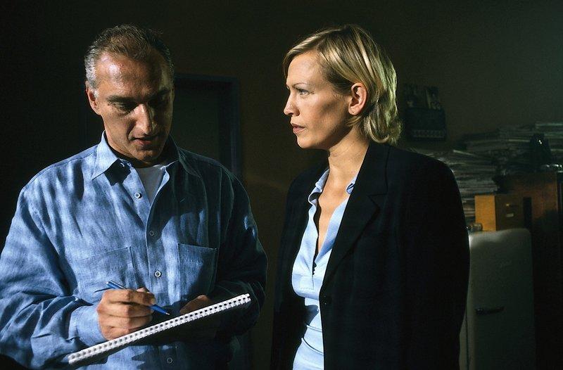 3. Susanne v. Hagenberg (Christine Döring) ist sicher, dass der Privatdetektiv Ullmer (Gerhard Naujoks) etwas verschweigt. – Bild: ZDF