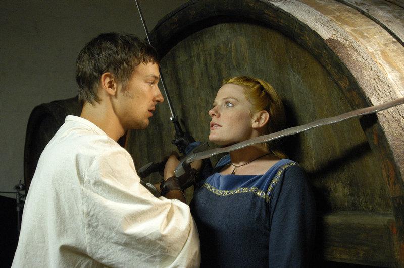 In der Fasshalle kommt es zwischen Rollo Hofer (Florian David Fitz) und Marie Ardoye (Elisa Seidel) zu einer kämpferischen Auseinandersetzung. – Bild: ZDF