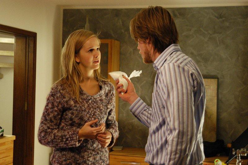 Vor 15 Jahren hat Angelika Hofmeister (Esther Seibt) bei ihrem Mann Thomas (Nikolaus Benda) Drogen gefunden. – Bild: ZDF