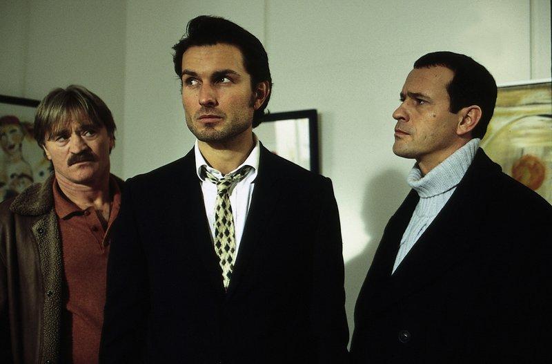 Für Manne (Hartmut Schreier, l.) und Theo (Michel Guillaume, r.) steht Thilo Geissenbach (Simon Verhoeven, m.) im Zentrum der Ermittlungen. – Bild: ZDF
