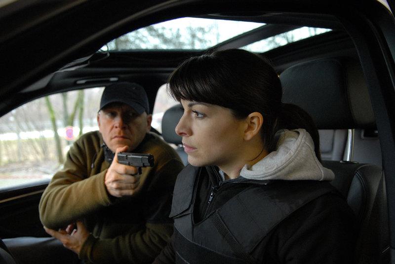 Frank Lienhard (Götz Schubert) hat Katharina (Bianca Hein) in seiner Gewalt. – Bild: ZDF
