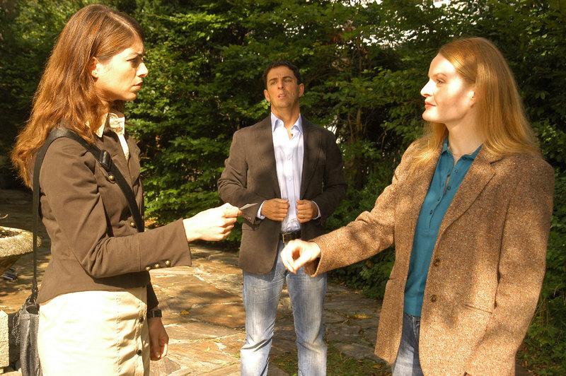 Argwöhnisch verfolgt Hannes Lietz (Martin Halm), wie Katharina (Bianca Hein, l.) seine Frau Nicole (Margret Völker, r.) befragt. – Bild: ZDF