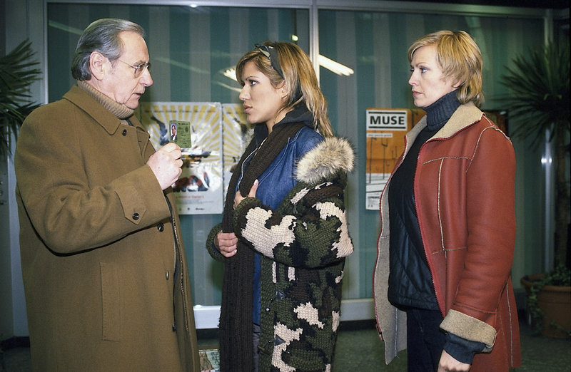 3. Hauptkommissar Schickl (Wilfried Klaus) und seine Kollegin Susanne v. Hagenberg (Christine Döring, r.) sind sicher, dass die Straßenmusikantin Mariza (Vanessa Petruo, M.) mehr weiß als sie sagt. – Bild: ZDF