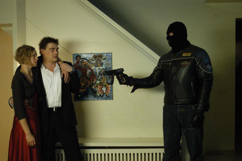 Susanne v. Hagenberg (Christine Döring) und ihr Bekannter Michael Bacher (Martin Feifel, 2.v.m.) befinden sich in der Gewalt eines skrupellosen Einbrechers (Jorres Risse, re.). – Bild: ZDF