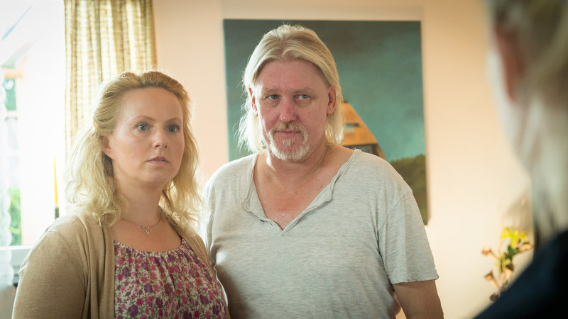 Marco Busch war zu Jugendzeiten mit Ronny Roth befreundet, als das Mädchen Sofia verschwunden ist. Weiß er, was damals passiert ist? (Katja Preuß, Arved Birnbaum). – Bild: ZDF