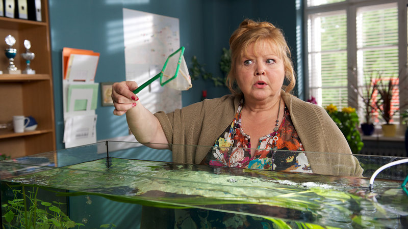 Sekretärin Ute Böttger (Franziska Troegner) ging davon aus, dass ihr Chef im Urlaub ist, da die Termine kurz vorher vom Kunden abgesagt wurden. – Bild: ZDF