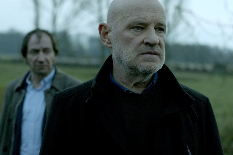Kommissar Krüger (Christian Redl, vorne), im Hintergrund Fichte (Thorsten Merten) auf der Suche nach den Studenten. – Bild: ZDF