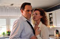 Matzke (Thomas Loibl, li.) kommt nach Hause, seine Frau Karin Matzke (Julika Jenkins, re.) will ihn verführen, er will nicht... – © ZDF und Hardy Spitz