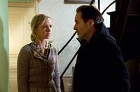 Mona (Johanna Klante,li) stellt Harry (Uwe Kockisch,re) zur Rede. – Bild: ZDF und Nicolas Maack