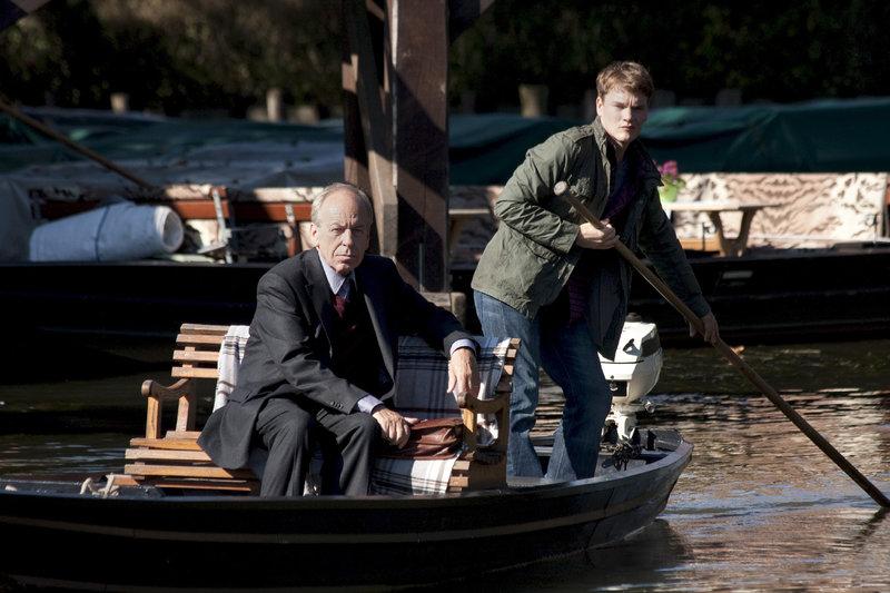 Thorben Althof (Rüdiger Vogler, li.) lässt sich von René (Ludwig Blochberger, re.) zu seiner alten Hebamme fahren. – Bild: ZDF