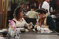 Tessa (Jane Levy, l.) wird von einer Einladung zu Evans (Sam Lerner, r.) Geburtstag unter Druck gesetzt. Dort angekommen erzählt sie ihm, was sie wirklich von ihm denkt ... – © Warner Bros. Television Lizenzbild frei