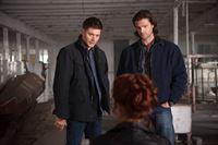 Als Sam (Jared Padalecki, r.) und Dean (Jensen Ackles, l.) bewusst wird, dass sie einen Dämon brauchen, kommt es ihnen ganz recht, dass Abaddon (Alaina Huffman, M.) noch in ihrem Besitz ist ... – © Warner Bros. Television Lizenzbild frei