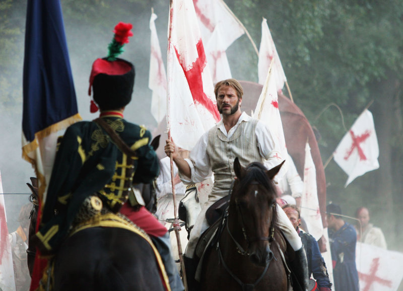 Henry verlangt von einem französischen Offizier freies Geleit für die Verwundeten: Thomas Jouannet als Henry Dunant (r.) – Bild: SRF/Bohemian Films