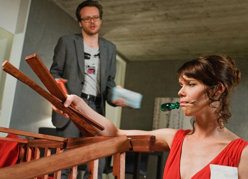 Mara muss alles alleine machen: Pascal Ulli als Ivo, Mona Petri als Mara – Bild: SRF/Lukas Unseld