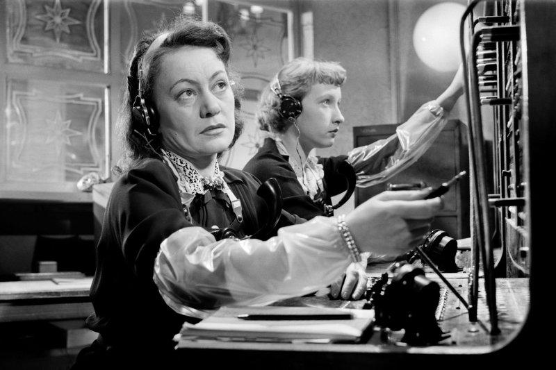 Palace Hotel, ich verbinde: Margrit Rainer und Helen Vita als Telefonistinnen – Bild: SRF/Gloriafilm