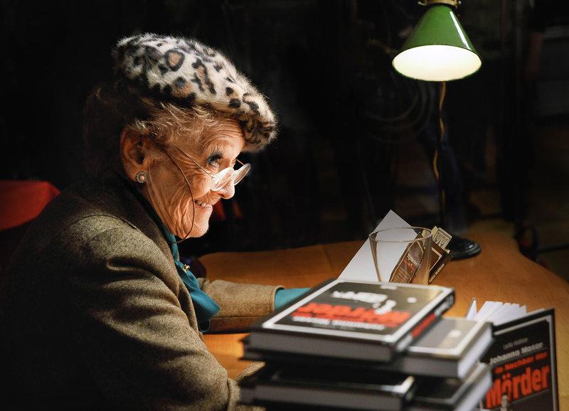 Lydia Walliser liest aus ihrem neusten Kriminalroman: Stephanie Glaser als Bestsellerautorin und Hobby-Detektivin Lydia Walliser – Bild: SRF/Christian Lanz