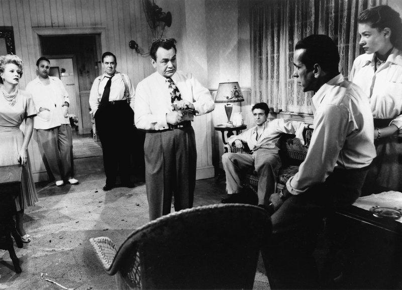 Showdown: Claire Trevor als Gaye Dawn, Edward G. Robinson als Johnny Rocco, Harry Lewis als Edward Bass, Humphrey Bogart als Frank McCloud, Lauren Bacall als Nora Temple – Bild: SRF/Warner