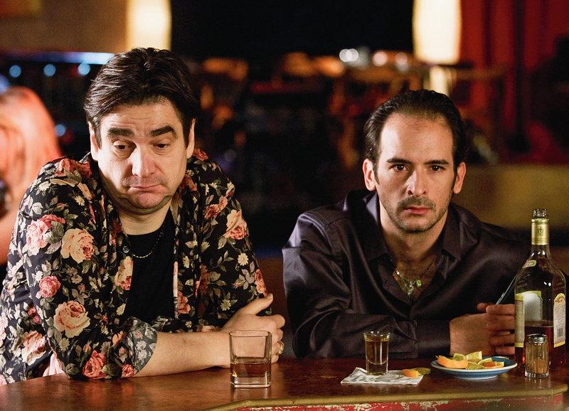 An der Bar: Gilles Tschudi als Tanzschul-Besitzer Carlos, Pablo Aguilar als Tanzlehrer Toni brauchen einen Tequila – Bild: SRF/Lukas Unseld