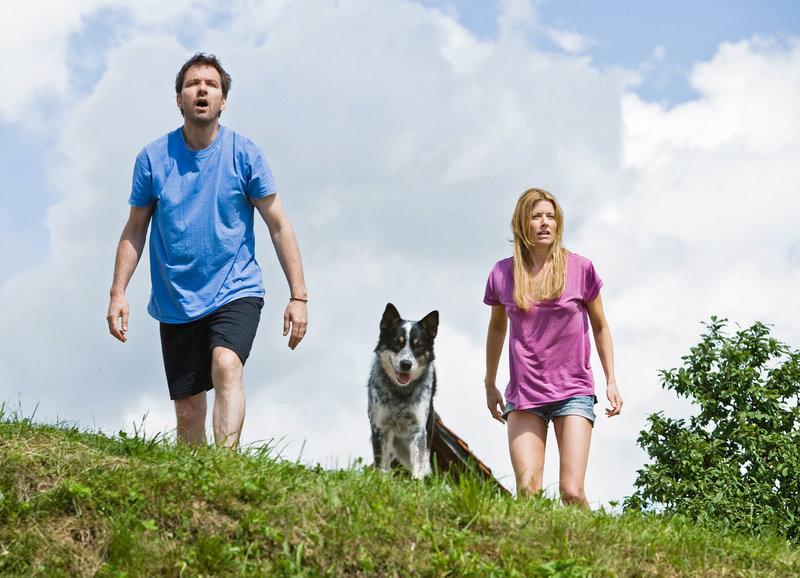 Felix und Sarah entdecken den Kornkreis: Michael Neuenschwander als Felix, Sabina Schneebeli als Sarah – Bild: SRF/Lukas Unseld