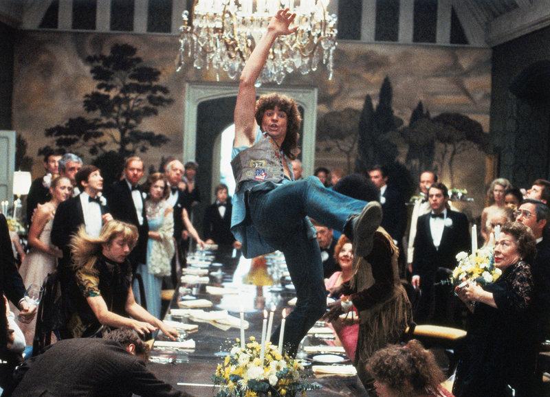 Ungewöhnlicher Party-Gast: Trea Williams als Berger (M.) – Bild: SRF/Metro-Goldwyn-Mayer Studios Inc.