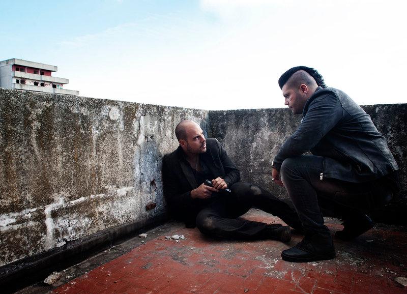 Ein gebrochener Mann: Marco D'Amore als Ciro di Marzio, Salvatore Esposito als Gennaro Savastano – Bild: SRF/Beta/Emanuela Scarpa
