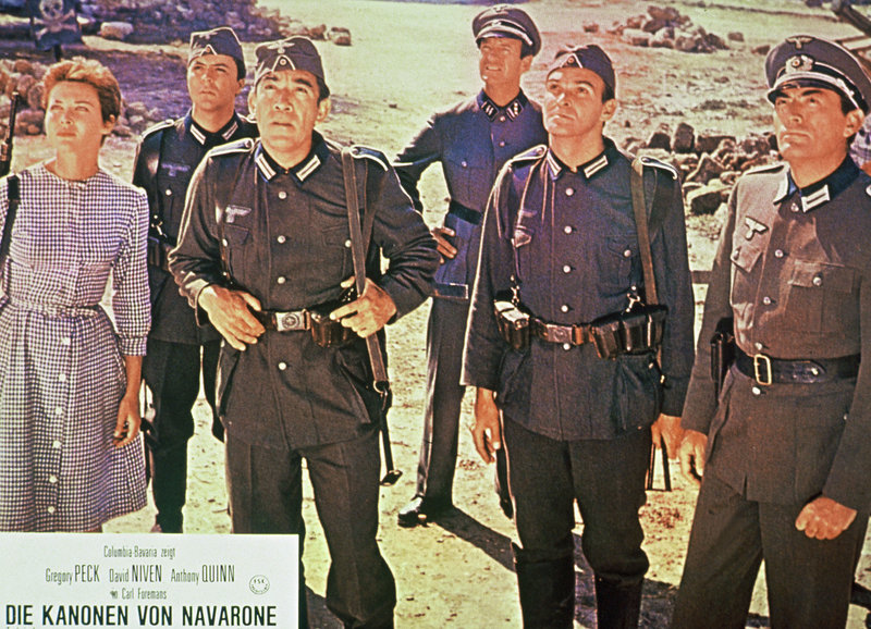 Soldaten: David Niven als Miller (hinten 2.v.l.), Anthony Quinn als Andrea (3.v.l.) James Darren als Spyros Pappadimos (3.v.r.),, Stanley Baker als Brown, Gregory Peck als Keith Mallory (r.) – Bild: SRF/Columbia/TriStar