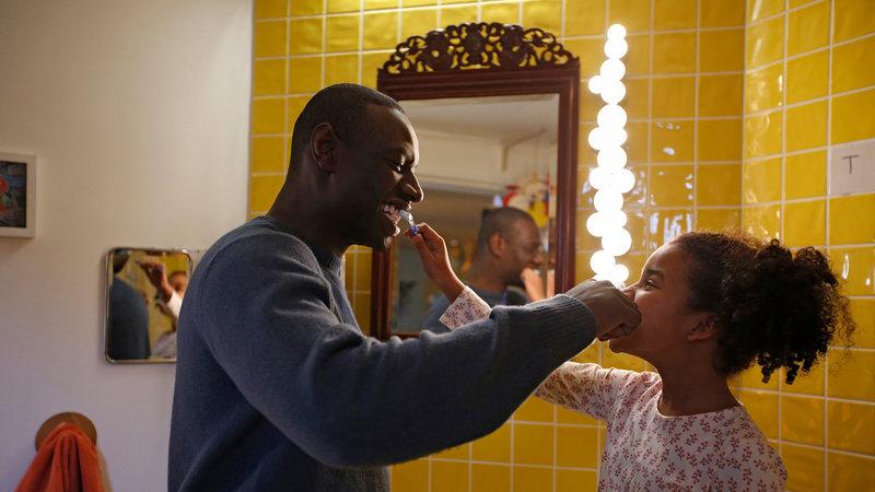 Plötzlich Papa Omar Sy als Samuel, Gloria Colston als Gloria SRF/Julien Panie – Bild: SRF1