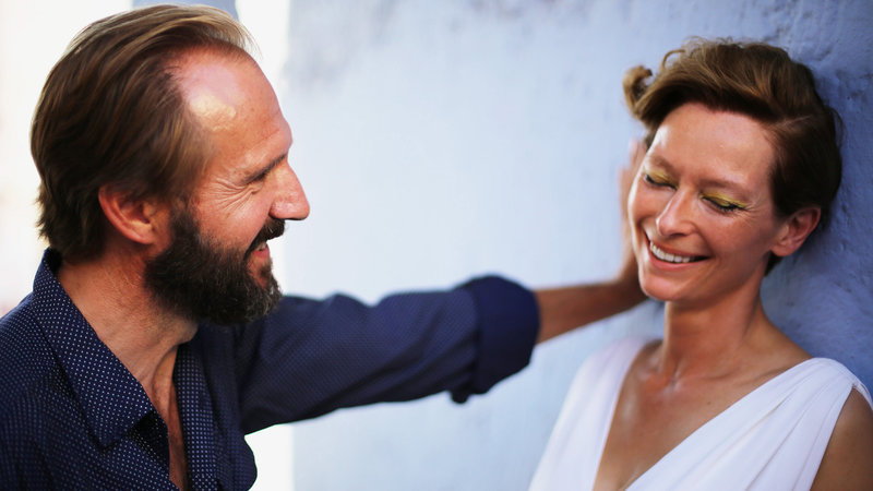 A Bigger Splash Ralph Fiennes als Harry Hawkes, Dakota Johnson als Penelope Lannier SRF/Studiocanal GmbH/Sandro Kopp – Bild: SRF1