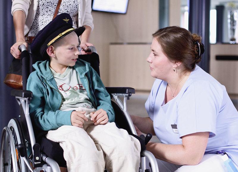 Verabschiedung: Elia Robert als Jonas, Bettina Stucky als Pflegerin – Bild: SRF/Zodiac Pictures Ltd. /Michael Schaerer