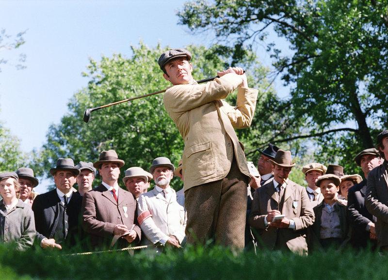 Der Champion aus England holt aus: Stephen Dillane als Harry Vardon (vorne M.) – Bild: SRF/Walt Disney Pictures