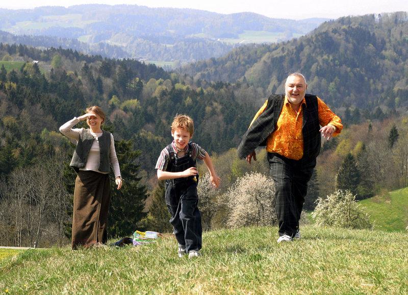 Auf dem Sternenberg: Sara Capretti als Eva Joos, Armando Piasko als Pascal, Mathias Gnädinger als Franz Engi – Bild: SRF/Klaus Rózsa