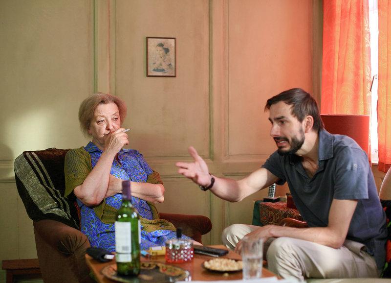 Mag sich nciht von ihrem Sohn bevormunden lassen: Sibylle Brunner als Rosie, Fabian Krüger als Sohn Lorenz – Bild: SRF