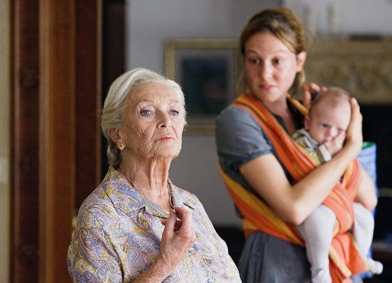 Drei Generationen: Stephanie Glaser als Frida Borel, Lotti Happle als Mona mit dem kleinen Marvin – Bild: SRF/Lukas Unseld
