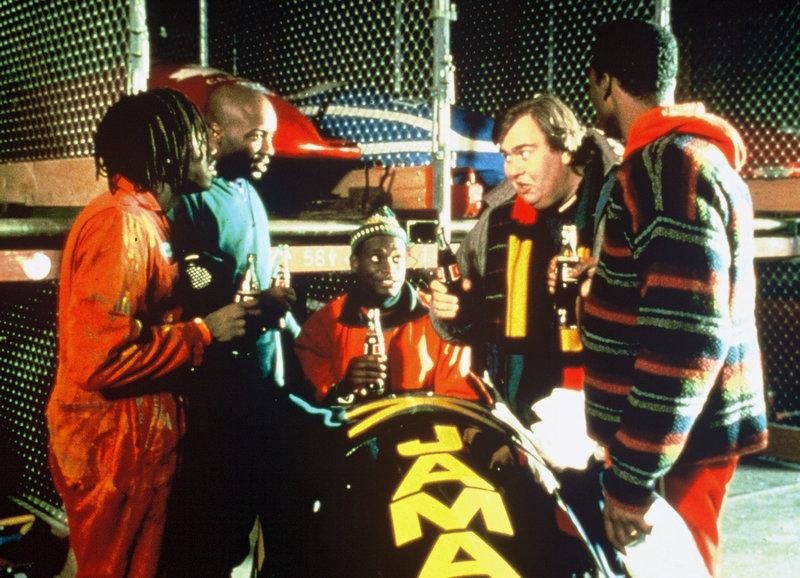 Teambesprechung: Doug E. Doug als Sanka, Malik Yoba als Yul, Rawle D. Lewis als Junior, John Candy als Trainer Irv Blitzer, Derice Bannock als Leon – Bild: SRF/Disney/Rob McEwan