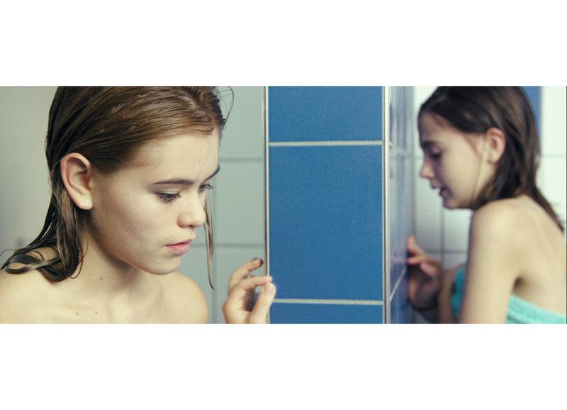 Will der gemobbten Lara helfen: Chiara Carla Bär als Sabrina, Annina Walt als Lara – Bild: SRF/A Film Company