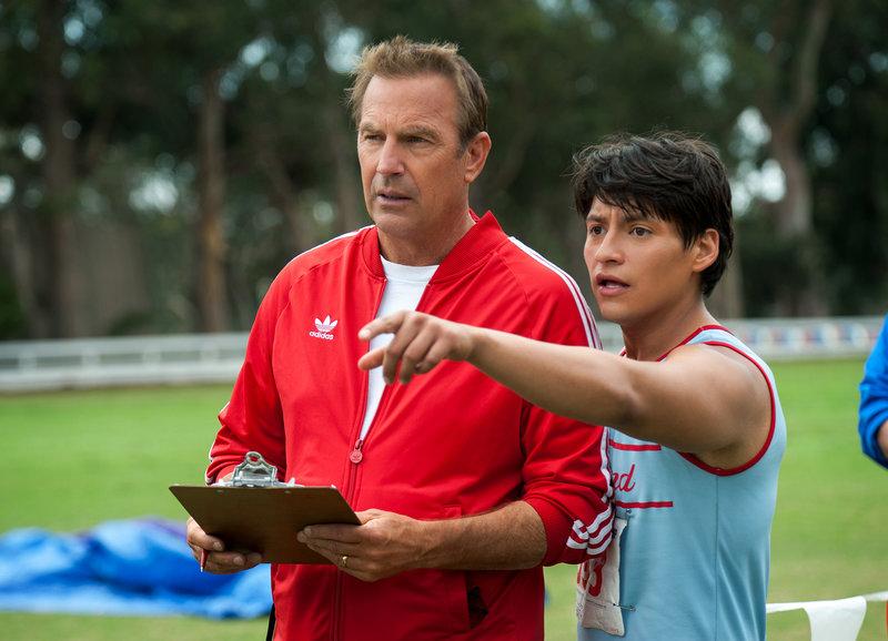 Setzt Hoffnung in den Underdog: Kevin Costner als Jim White, Carlos Pratts als Thomas Valles – Bild: SRF/disney enterprises inc.