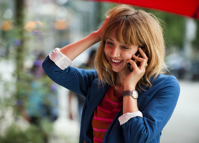 Freut sich über einen Telefonanruf: Zoe Kazan als Chantry – Bild: SRF/2013 F Word Productions Inc., PCF F-Word The Movie Inc. and Fastnet