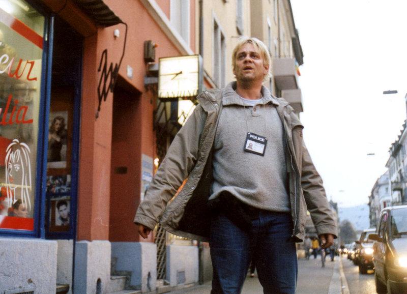 Der Zürcher Drogenfahnder Herbert Strähl in seinem Revier an der Langstrasse: Roeland Wiesnekker als Herbert Strähl – Bild: SRF/Dschoint Ventschr