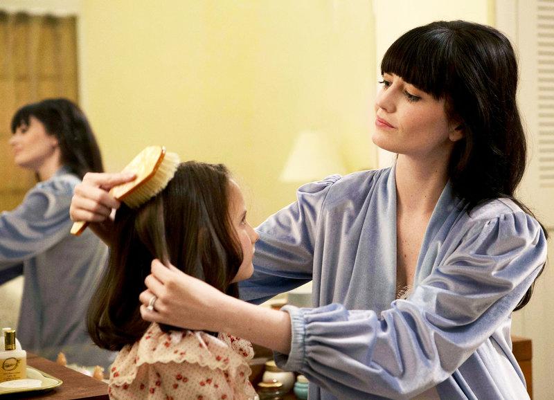 Die Mutter kämmt die Tochter: Ava Acres als Kat Connors mit 8 Jahren, Eva Green als Eve Connors – Bild: SRF/Wild Bunch