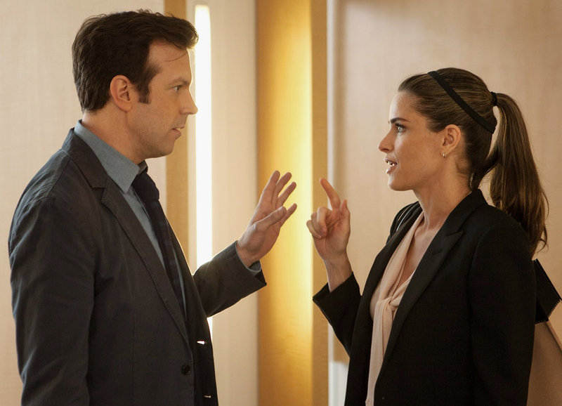 Lockerer Büroflirt: Jason Sudeikis als Jake, Amanda Peet als Paula – Bild: SRF/Falcom Media Group