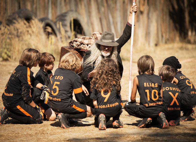 Der Trainer weist sein Team an: Rufus Beck als Trainer Willi – Bild: SRF/2015 Walt Disney Company