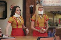 Was ist nur mit Max (Kat Dennings, l.) und Caroline (Beth Behrs, r.) passiert? – © Warner Bros. Television Lizenzbild frei