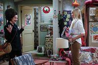 Caroline (Beth Behrs, r.) ist etwas irritiert, als sie Max (Kat Dennings, l.) nach ihrem Friseur Besuch sieht ... – © Warner Bros. Television Lizenzbild frei