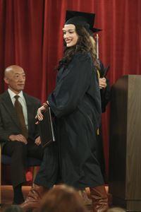 Ist stolz auf sich, dass sie den Highschool-Abschluss erfolgreich nachgeholt hat: Max (Kat Dennings) ... – © Warner Bros. Television Lizenzbild frei
