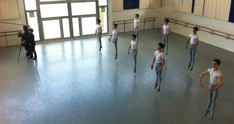 Für die Schüler der Abschlussklasse geht es jetzt in die entscheidende Phase: Es naht der Aufnahmetest für die renommierte Ballettkompanie. – Bild: arte