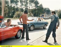 SWR Fernsehen TATORT: AUGENZEUGE, am Sonntag (01.03.15) um 23:45 Uhr. Erstsendung:  18.01.1976. Auf dem Rückweg vom heimlichen Rendezvous mit seiner Geliebten fährt Jürgen Santner (Henning Venske, im hinteren Auto) gerade in dem Moment an einer Tankstelle vorbei, als der Tankwart (Wolfgang Mehr, rechts)versucht, zwei Ganoven (Ulli Kinalzik, links, Harry Wüstenhagen, mit Pistole), die ihm seine Tageskasse gestohlen haben, an der Flucht mit dem Geld zu hindern. Der maskierte Räuber und sein Helfershelfer sind so auf ihr Opfer konzentriert, daß sie den heranfahrenden Wagen von Santner gar nicht bemerken. – © SWR/Jehle